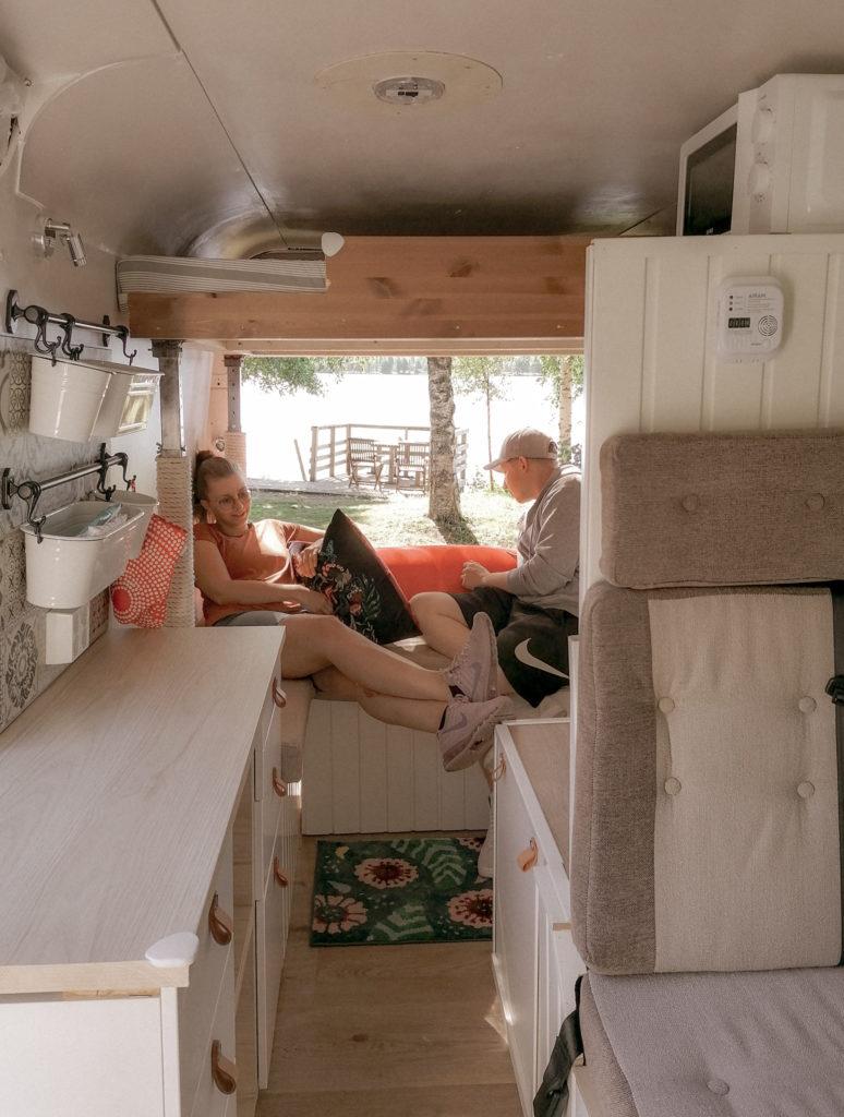 asuntoauton sisätilat, oikealla matkustajan penkki ja takana oleskelutila